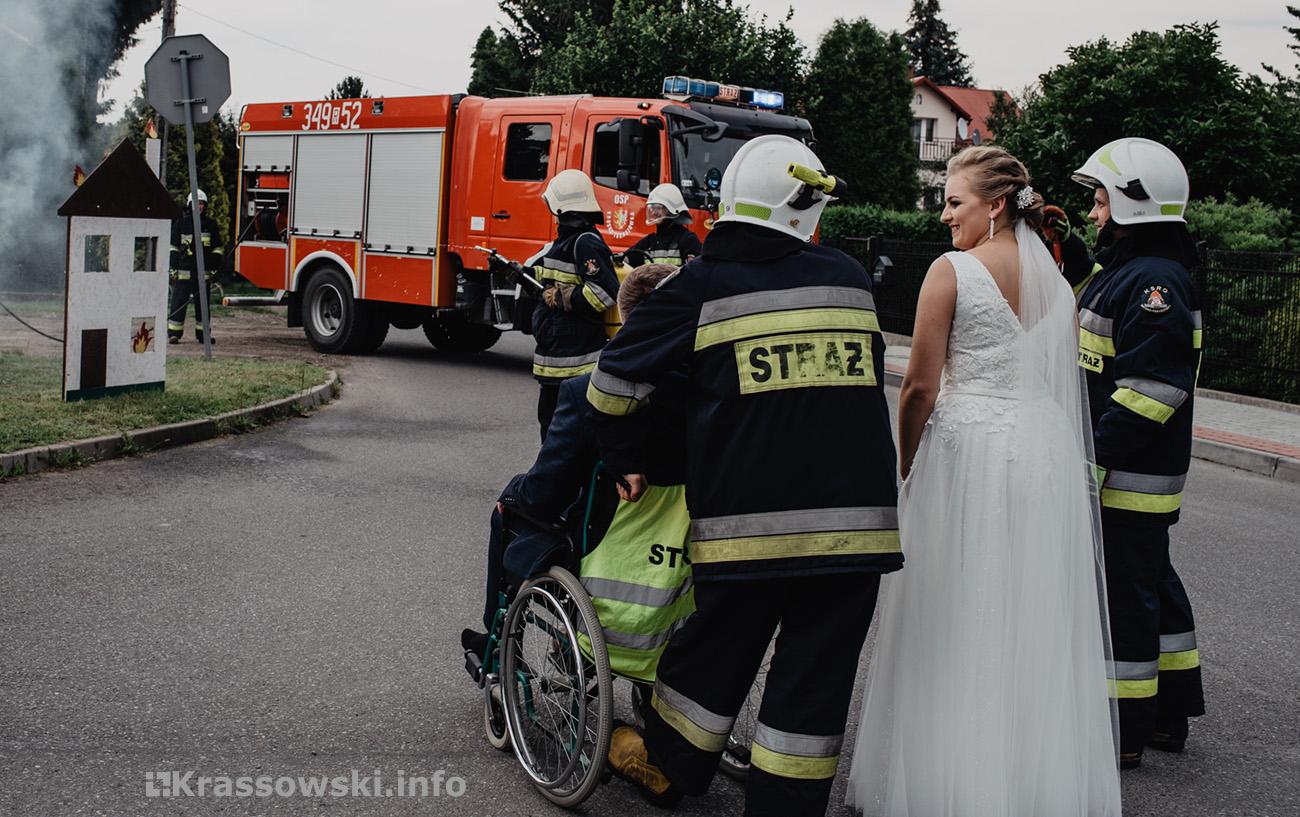 Fotograf ślubny Kielce brama weselna strażacy